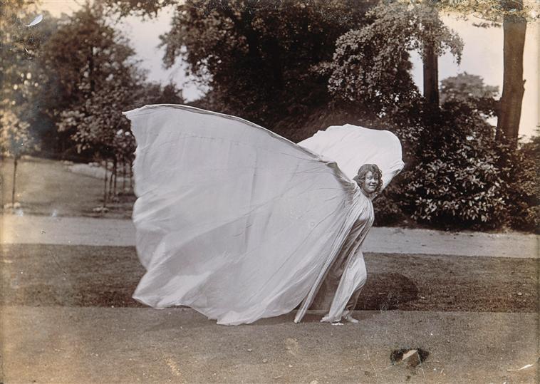 Loïe Fuller dansant Photographie: Ellis Harry C. (1857-1925) (Attribué À) Source: RMN