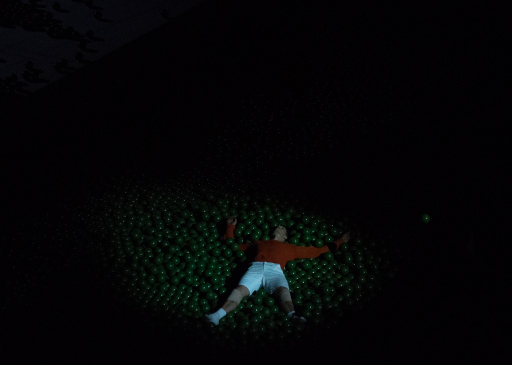 Simon Le Borgne dans la piscine remplie de balles vertes